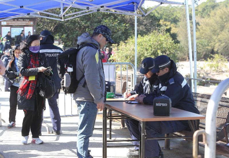 警方今日上午(十二月二十日)在大型跨部門演習「棋盤二」中,在東平洲碼頭為撤離人士登記資料。