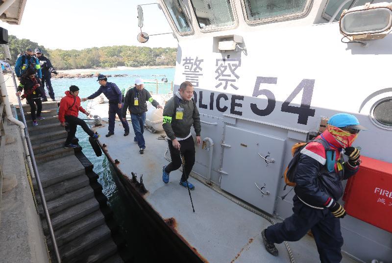 警方今日(十二月二十日)在大型跨部門演習「棋盤二」中,利用水警輪將東平洲的人士有秩序地撤離至馬料水渡輪碼頭。