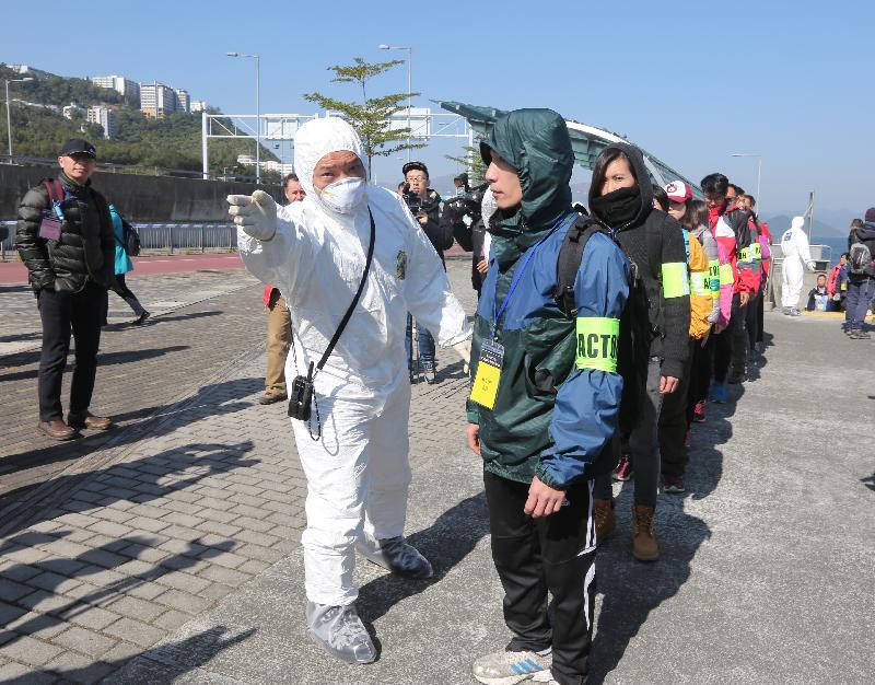 政府今日(十二月二十日)進行大型跨部門演習「棋盤二」。圖示從東平洲撤離的人士抵達馬料水渡輪碼頭。