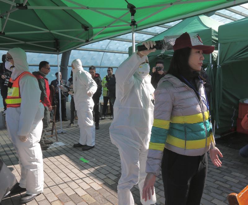醫療輔助隊今日(十二月二十日)在大型跨部門演習「棋盤二」中,在馬料水渡輪碼頭為撤離人士進行輻射測試。