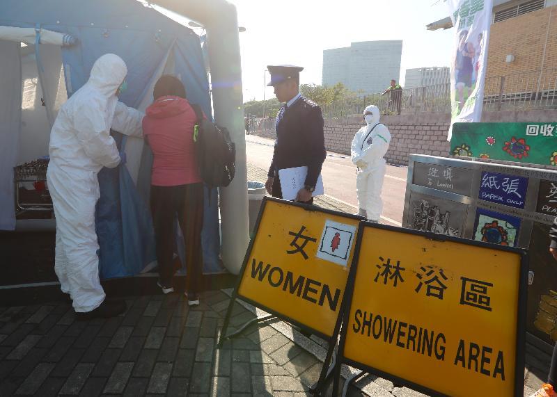 政府今日(十二月二十日)進行大型跨部門演習「棋盤二」。圖示撤離人士在馬料水渡輪碼頭接受消除輻射污染的程序。