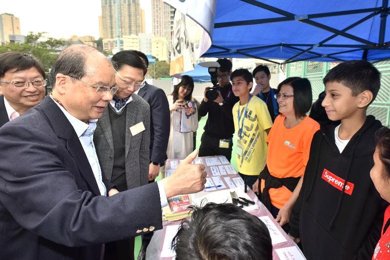政務司司長張建宗(左一)今日(十二月二十三日)參觀香港社區網絡舉辦的「一帶一路」多元文化嘉年華。