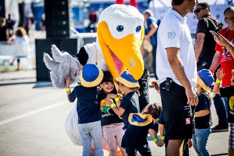 「環球帆船賽香港站─帆船嘉年華」一月十七日至三十一日在啟德跑道公園舉行。圖示大會吉祥物信天翁Wisdom於早前的帆船嘉年華與參加者見面。