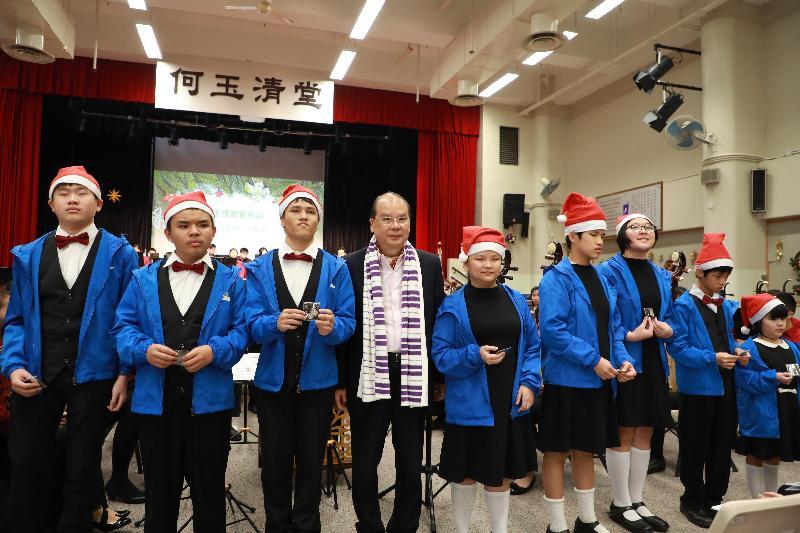 政務司司長張建宗(左四)今日(十二月二十四日)在青年音樂訓練基金心光聖誕音樂會上,與心光盲人院暨學校學生合照。