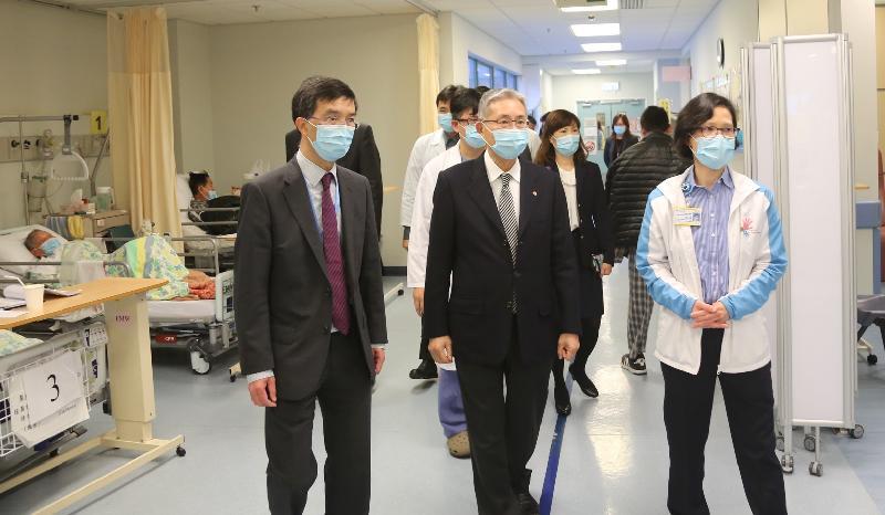 The Hospital Authority Chairman, Professor John Leong (centre), visits the ward at Tseung Kwan O Hospital this afternoon (December 27).