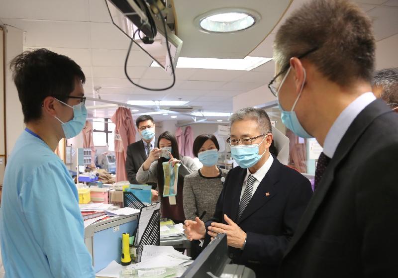 醫院管理局主席梁智仁教授(右二)今日(十二月二十七日)下午向廣華醫院前線醫護人員了解急症室的服務運作情況。