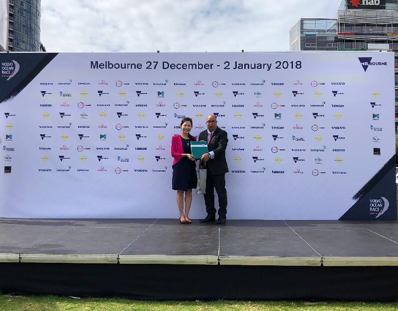 2017-18 Volvo環球帆船賽隊伍昨日(一月二日)由澳洲墨爾本出發前往香港。圖示署理香港駐悉尼經濟貿易辦事處處長陳楚穎(左)於歡送儀式上代表香港特別行政區政府與墨爾本市議員Kevin Louey交換紀念品。