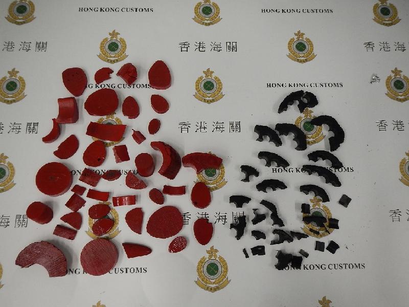香港海關今日(一月四日)在香港國際機場檢獲約二點零四公斤懷疑犀牛角,估計市值約四十萬元。圖示檢獲被塗上紅色及黑色油漆的懷疑犀牛角切件。
