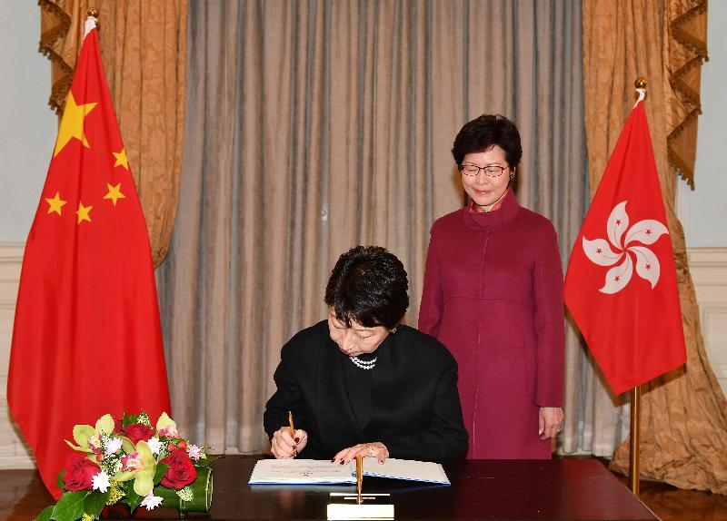 律政司司長鄭若驊資深大律師(左)今日(一月六日)在宣誓後簽署誓言。