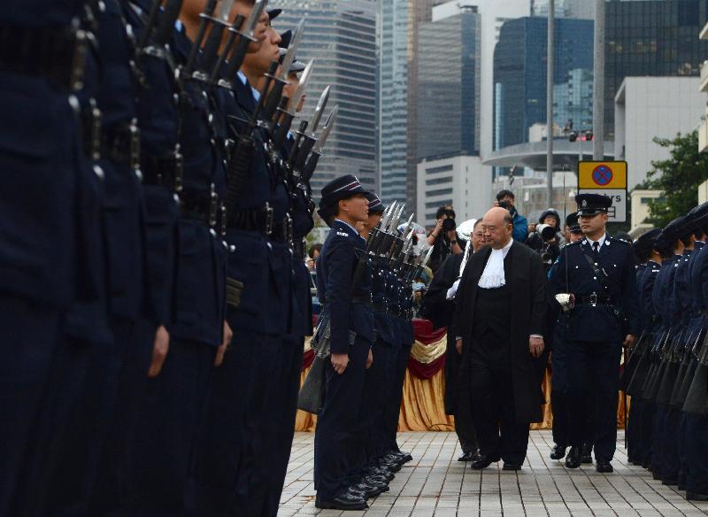 終審法院首席法官馬道立今日(一月八日)主持二○一八年法律年度開啟典禮,並於愛丁堡廣場檢閱香港警察儀仗隊。
