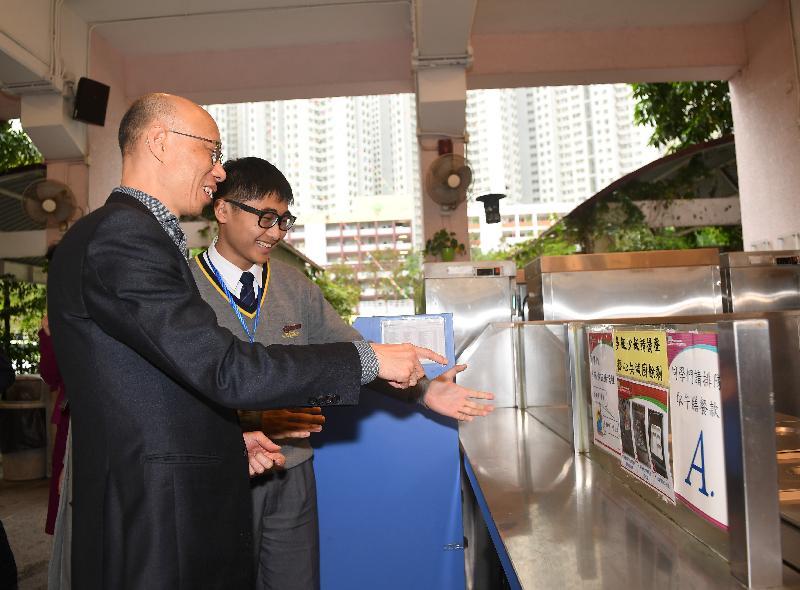 环境局局长黄锦星(左一)今日(一月八日)参观将军澳的基督教宣道会宣基中学,听取该校推行的「绿色厨房」计划简介。
