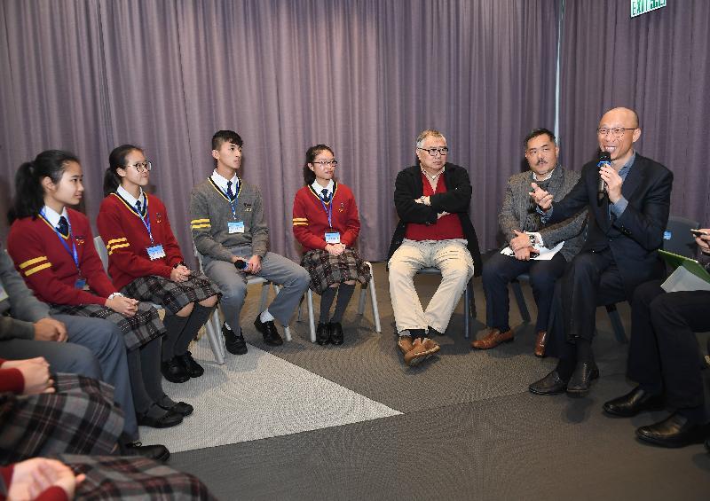 环境局局长黄锦星(右一)今日(一月八日)到访位于将军澳的基督教宣道会宣基中学,聆听学生分享参与校内各项环保活动的经验。