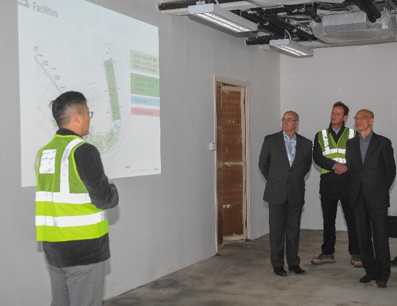 环境局局长黄锦星(右一)今日(一月八日)到访已修复的将军澳第一期堆填区,听取有关正在兴建的赛马会香港足球总会训练中心简介。