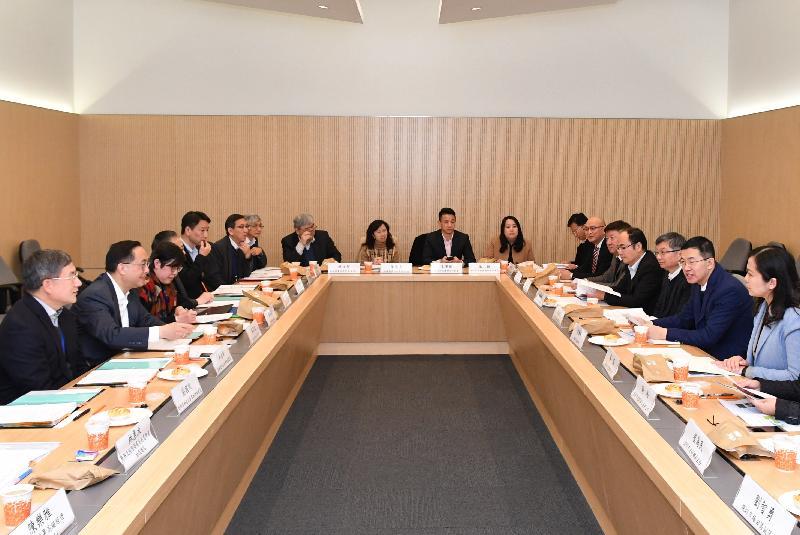 创新及科技局局长杨伟雄(左二)与深圳市副市长艾学峰(右二)今日(一月九日)在香港共同主持河套区港深创新及科技园发展联合专责小组第三次会议。旁为创新及科技局常任秘书长卓永兴(左一)和创新科技署署长蔡淑娴(左三)。