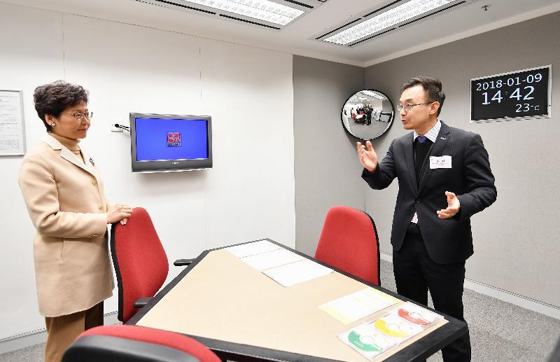 行政長官林鄭月娥(左)今日(一月九日)到訪廉政公署總部,參觀錄影會面室。