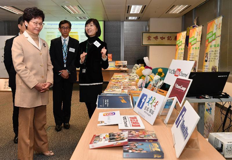行政長官林鄭月娥(左)今日(一月九日)到訪廉政公署總部,了解廉署人員如何透過不同途徑進行防貪工作及宣揚反貪信息。