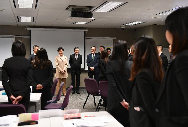 行政長官林鄭月娥今日(一月九日)到訪廉政公署總部,與新入職人員交談。