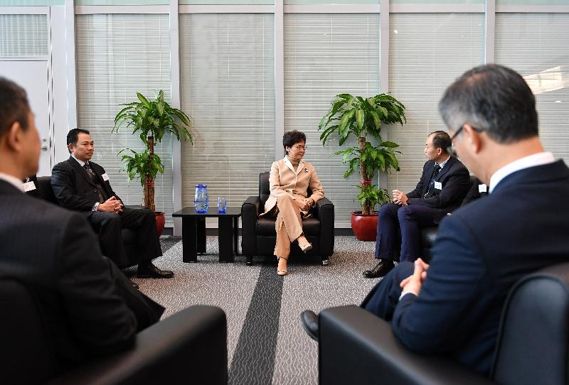 行政長官林鄭月娥(中)今日(一月九日)到訪廉政公署總部,與調查人員會面。