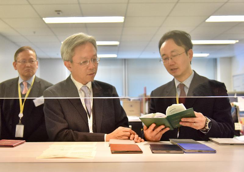 公務員事務局局長羅智光今日(一月十日)到訪民航處。圖示羅智光(中)向同事了解簽發航空人員執照的工作。