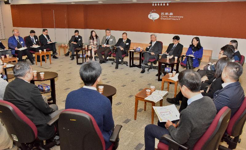 公務員事務局局長羅智光今日(一月十日)到訪民航處,與部門各職系的員工代表茶敍,就他們關注的事宜交換意見。