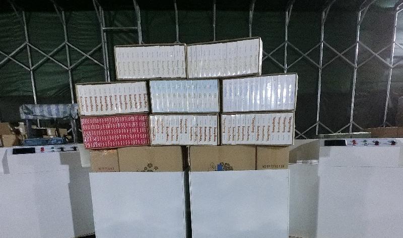 香港海关昨日(一月九日)在青衣一个物流场内检获约六十五万支怀疑私烟,估计市值约一百七十万元,应课税值约一百二十万元。