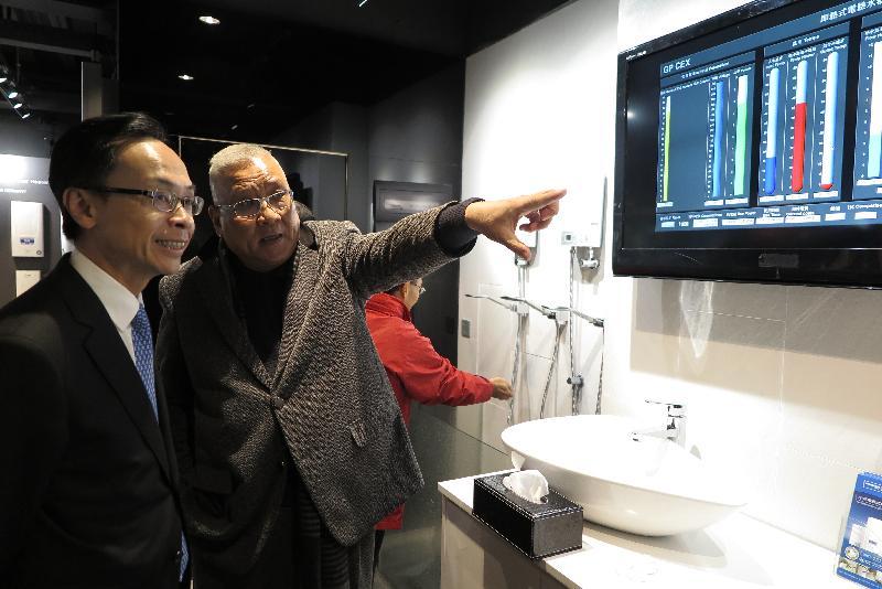 政制及內地事務局局長聶德權(左)今日(一月十一日)在佛山參觀一家香港企業,聽取企業代表介紹公司產品,以及在佛山的營商情況和發展機遇。