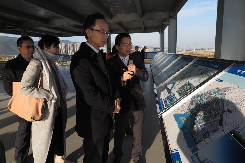 政制及內地事務局局長聶德權(右二)今日(一月十一日)到訪肇慶,在硯陽湖觀景台聽取肇慶官員講解肇慶的最新規劃建設。