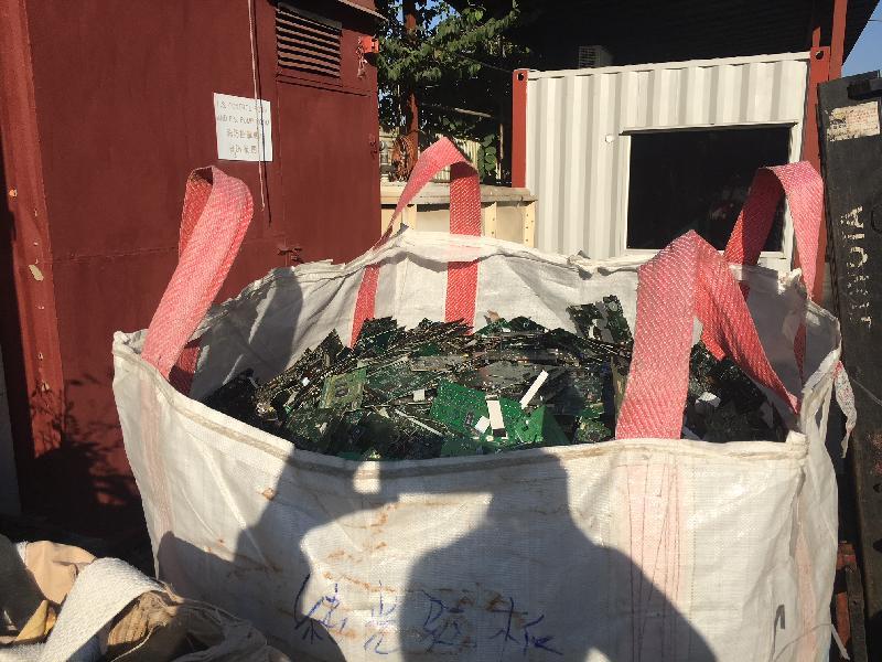 環境保護署今日(一月十一日)聯同警方突擊巡查元朗山下村四個露天廢物回收場,發現兩個回收場沒有妥善管理受規管的有害電子廢物,包括逾12噸廢印刷電路板和約9 000個廢液晶屏。