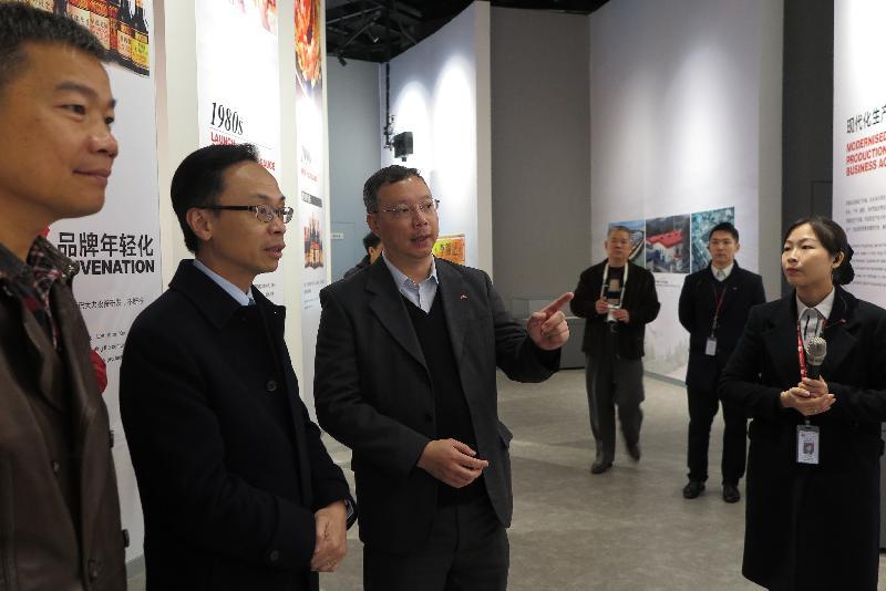 政制及內地事務局局長聶德權(左二)今日(一月十二日)在江門參觀一家香港食品企業在當地的生產廠房,了解公司的運作,以及香港企業在內地食品產業的發展和優勢。