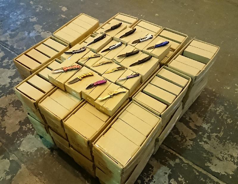香港海关昨日(一月十二日)在屯门内河船码头海关验货场一个货柜内检获约五万把以弹簧露出刀刃的刀,怀疑为违禁武器,估计市值约二百万元。