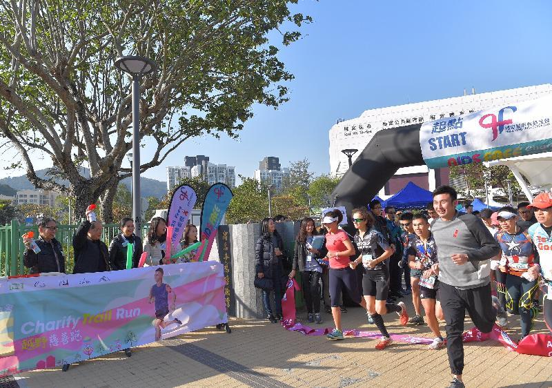 政务司司长张建宗(左二)、香港爱滋病基金会主席梁智鸿医生(左一)和其他嘉宾今日(一月十三日)为香港爱滋病基金会AIDS Free越野慈善跑主持鸣枪仪式。