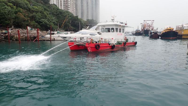 政府致力保持海岸清洁,当中海事处的海上清洁服务承办商去年十月一日开始,每日提供约80艘各类型船只在香港水域清理海上漂浮垃圾。图示承办商船队中装有机械装置的双体船。