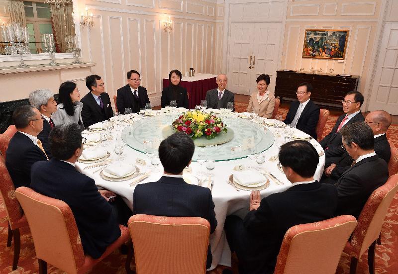 行政長官林鄭月娥今日(一月十六日)在禮賓府與香港房屋協會主席及執行委員會成員會面,就各項房屋政策議題交換意見,並宴請出席的成員。