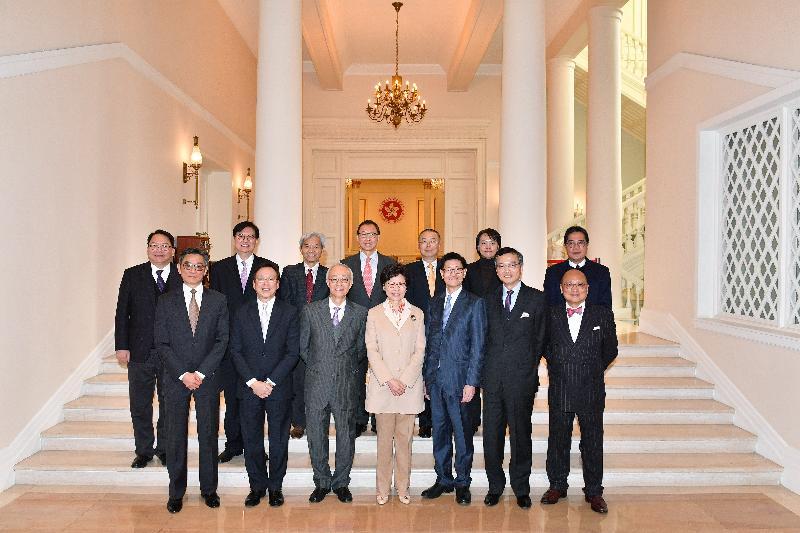 行政長官林鄭月娥(前排中)、發展局局長黃偉綸(後排右一)、香港房屋協會主席鄔滿海(前排左三)及執行委員會成員今日(一月十六日)在禮賓府合照。