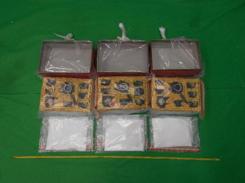 香港海關一月十四日在香港國際機場檢獲約兩公斤懷疑氯胺酮,估計市值約一百三十萬元。圖示該批懷疑氯胺酮(下)及用作收藏該批懷疑氯胺酮的茶具用品。