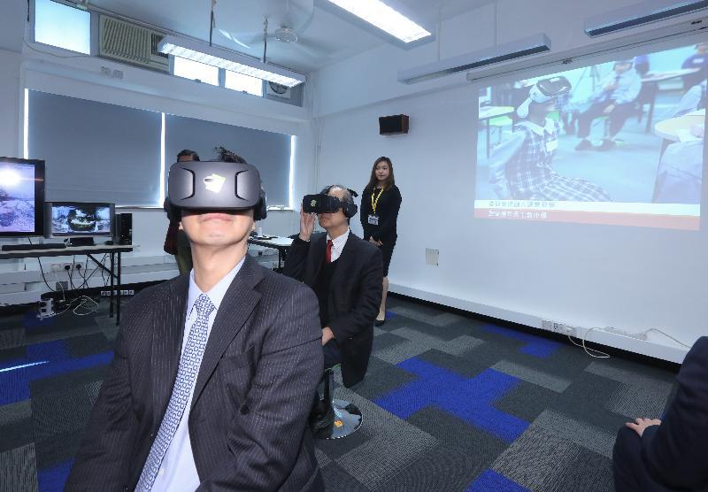 教育局局長楊潤雄今日(一月十七日)到訪觀塘聖愛德華天主教小學,在虛擬實境學習室戴上特製眼鏡一嘗「觀塘故事」及「校園一角」的360度實境體驗。