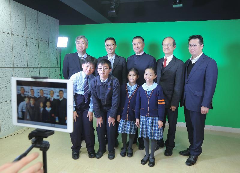 教育局局長楊潤雄(後排左二)今日(一月十七日)參觀觀塘聖愛德華天主教小學的校園電視台。