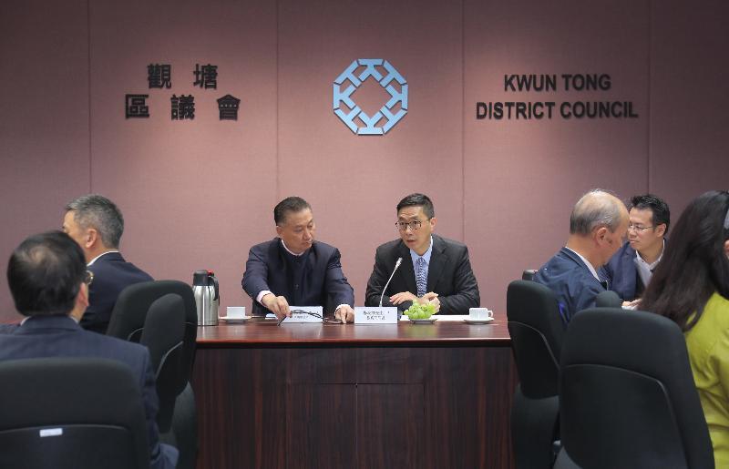 教育局局長楊潤雄(右)今日(一月十七日)到訪觀塘區議會與主席陳振彬博士(左)及區議員會面,就教育及地區事宜交換意見。