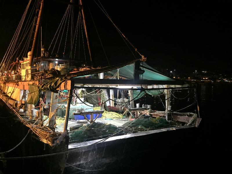 渔农自然护理署与水警昨晚(一月十七日)在香港东面水域进行打击非法捕鱼的联合行动,截获一艘非法拖网捕鱼的渔船。图标该艘非法拖网捕鱼的虾拖渔船。