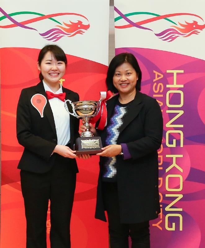 The Principal Hong Kong Economic and Trade Representative (Tokyo), Ms Shirley Yung (right), presents the Hong Kong Cup to the champion, Satomi Honda, at the finals of the Hong Kong Cup All Japan University Student Ambassadors English Programme 2017-18 in Tokyo, Japan, today (January 21).