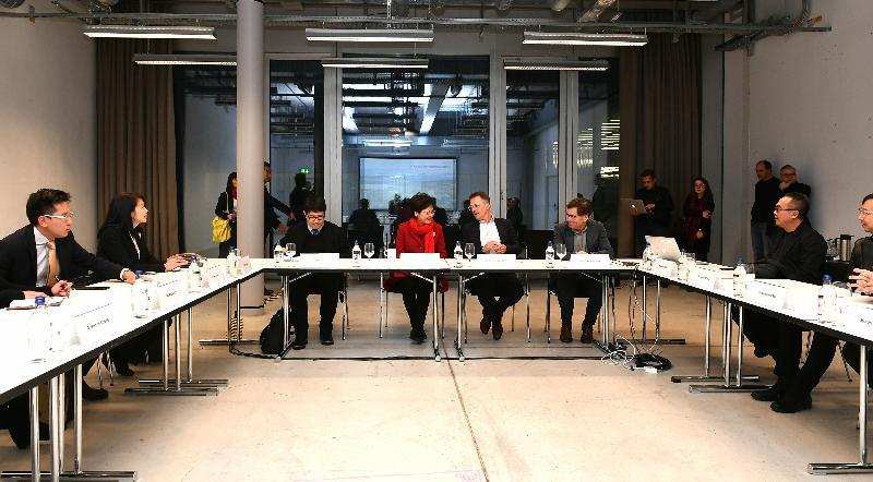 行政長官林鄭月娥今日(蘇黎世時間一月二十二日)抵達瑞士蘇黎世展開訪問行程。圖示林鄭月娥(左四)參觀蘇黎世藝術大學時與校長ProfDrThomas Meier(右四)會面。