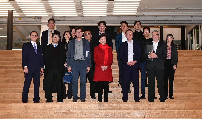 行政長官林鄭月娥今日(蘇黎世時間一月二十二日)抵達瑞士蘇黎世展開訪問行程。圖示林鄭月娥(前排右三)參觀蘇黎世藝術大學時與校長Prof Dr Thomas Meier(前排右二)及其他接待人員合照。