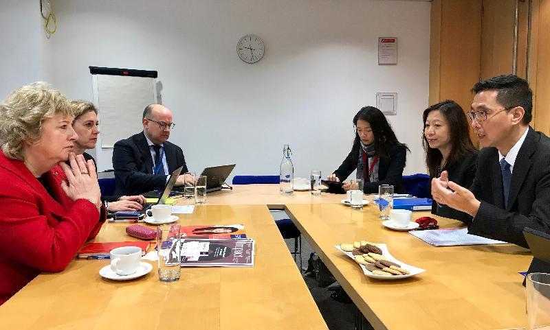 教育局局長楊潤雄(右一)昨日(倫敦時間一月二十二日)在英國倫敦與教師培訓學院Chartered College of Teaching的行政總裁Alison Peacock教授(左一)會面,了解學院如何推動教師的持續專業發展。