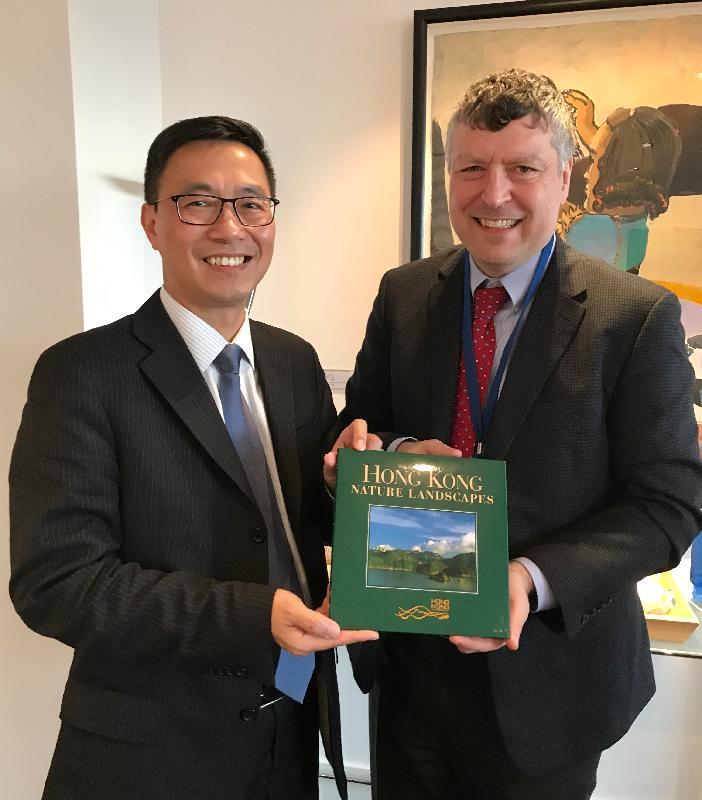 教育局局長楊潤雄(左)昨日(倫敦時間一月二十二日)在英國倫敦拜訪英國文化協會,與協會行政總裁鄧克然爵士會面,並向他致送紀念品。