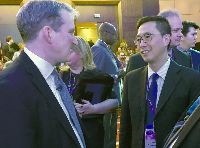 教育局局長楊潤雄(右)昨日(倫敦時間一月二十二日)在英國倫敦出席世界教育論壇期間,與英國教育大臣夏軒仕交談。