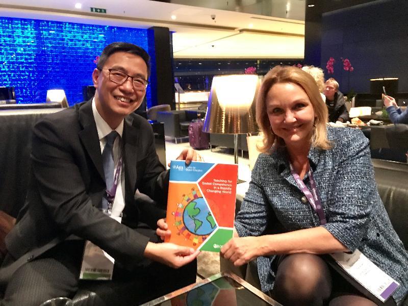 教育局局長楊潤雄(左)昨日(倫敦時間一月二十二日)在英國倫敦出席世界教育論壇期間,與亞洲協會會長施靜書會面。