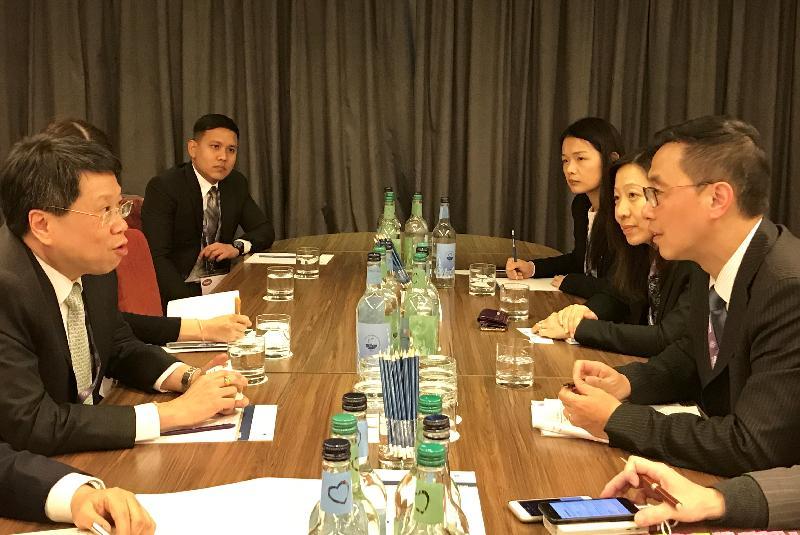 教育局局長楊潤雄(右一)昨日(倫敦時間一月二十二日)在英國倫敦出席世界教育論壇期間,與泰國教育部部長Teerakiat Jareonsettasin(左一)舉行雙邊會議。