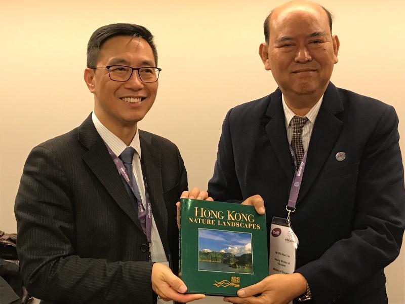 教育局局長楊潤雄(左)昨日(倫敦時間一月二十二日)在英國倫敦出席世界教育論壇期間,與緬甸教育部副部長Win Maw Tun舉行雙邊會議,並向他致送紀念品。