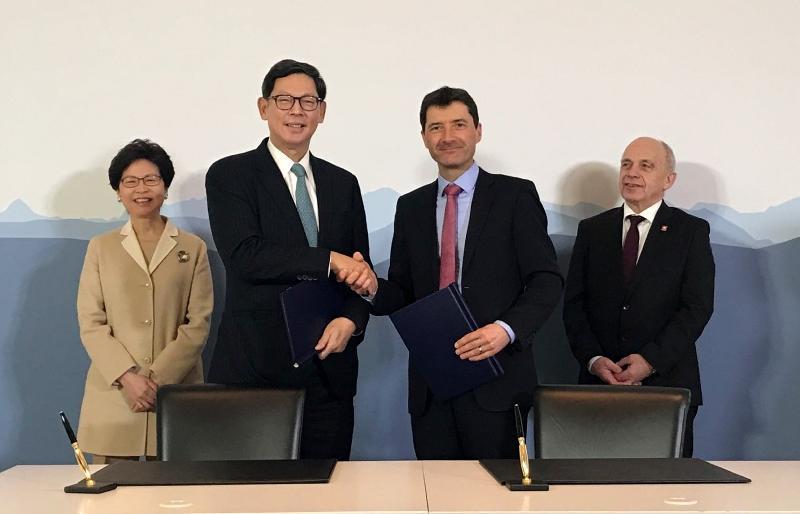 香港金融管理局總裁陳德霖(左二)今日(伯恩時間一月二十三日)在瑞士伯恩與瑞士聯邦國際金融事務秘書處國務秘書Jörg Gasser(右二)簽署香港和瑞士的金融合作諒解備忘錄。簽署儀式由香港特別行政區行政長官林鄭月娥(左一)和瑞士聯邦委員Ueli Maurer(右一)見證。