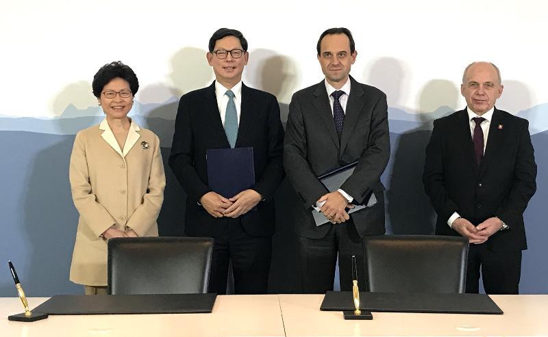 香港特別行政區行政長官林鄭月娥(左一)和瑞士聯邦委員Ueli Maurer(右一)今日(伯恩時間一月二十三日)在瑞士伯恩見證香港金融管理局總裁陳德霖(左二)與瑞士金融市場監督管理局行政總裁Mark Branson(右二)簽署香港和瑞士的金融科技合作協定。